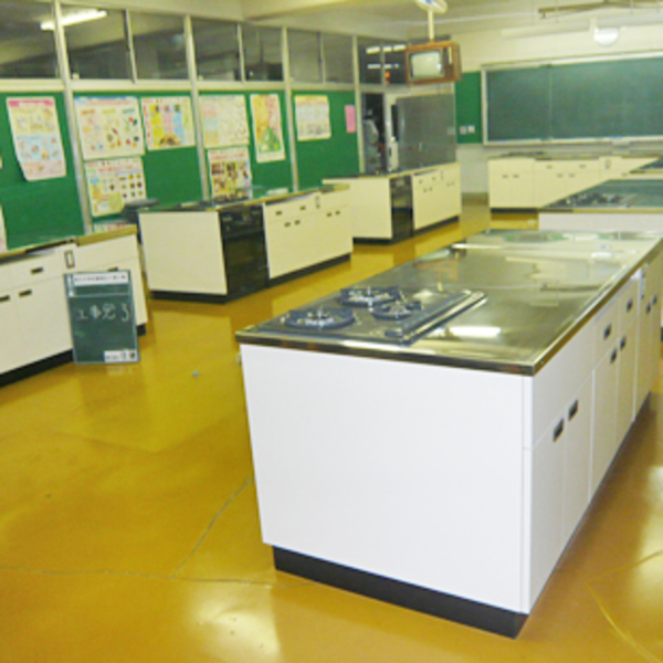 甲斐市立竜王中学校家庭科教室